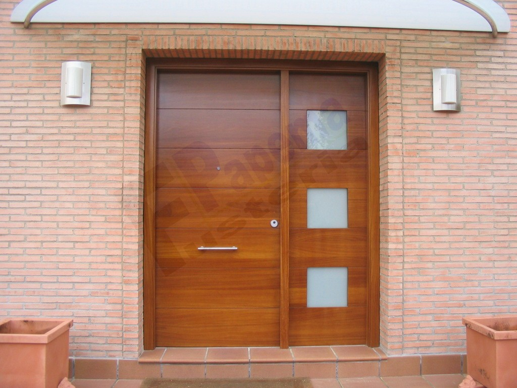 Galeria puertas exteriores fusteria papema for Disenos puertas de madera exterior